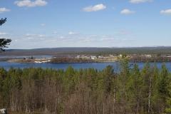 überall noch Eisreste auf den Seen und Schneehaufen