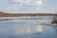 sehr viel Eis schwimmt noch auf dem See
