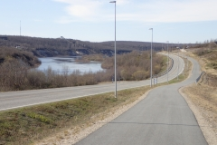 Ortseingang von Kautokeino mit Radweg und Straßenbeleuchtung