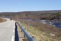 die Straße führt am Karasjoki entlang