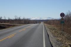 ab Karasjoki geht es jetzt die E6 entlang; am Horizont hohe schneebedeckte Berge