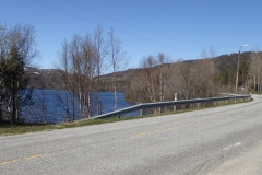entlang an einem See, durch den der Lakselv fließt