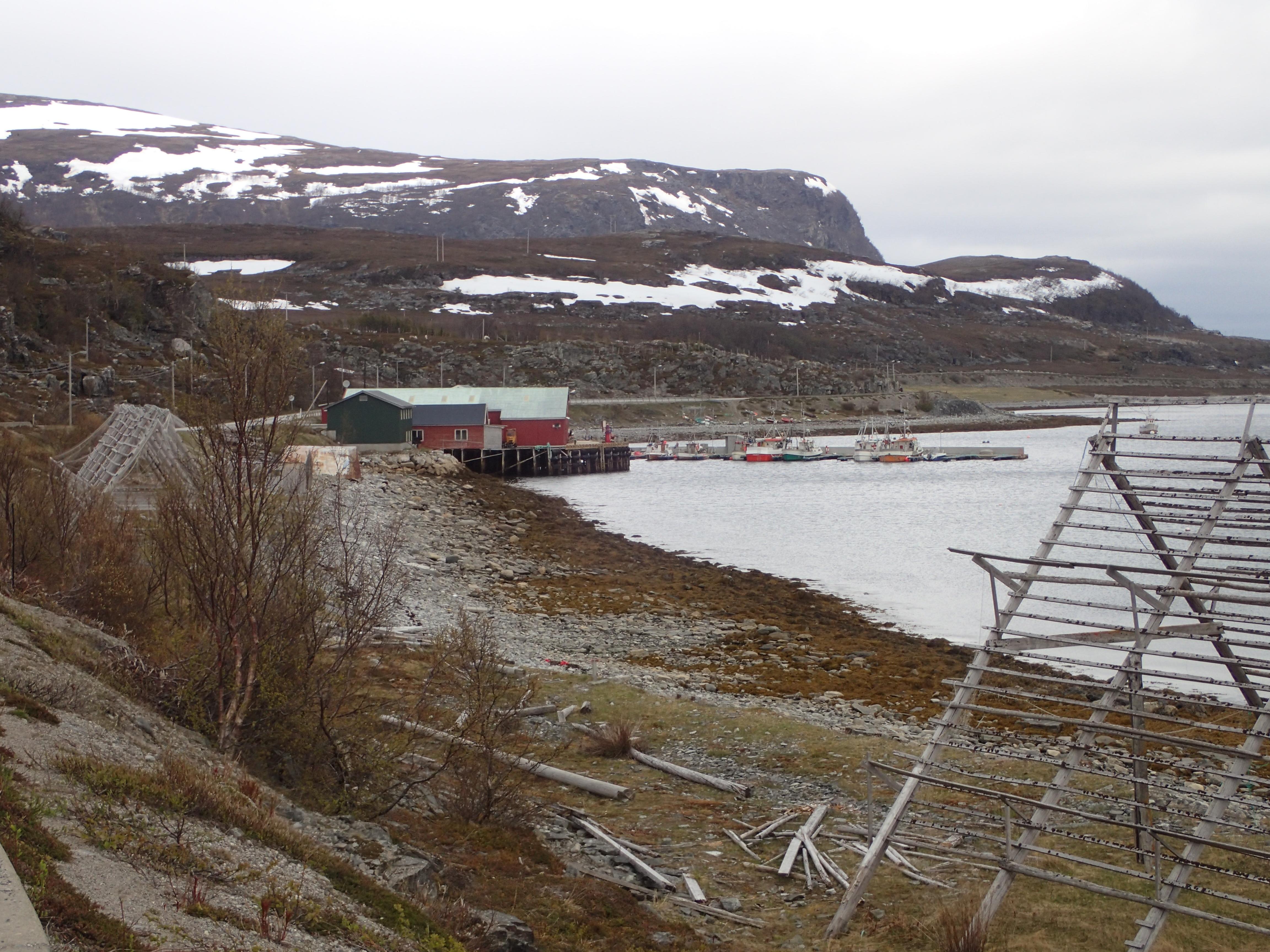 kleiner Fischerhafen an der Küstenstraße am Fjord