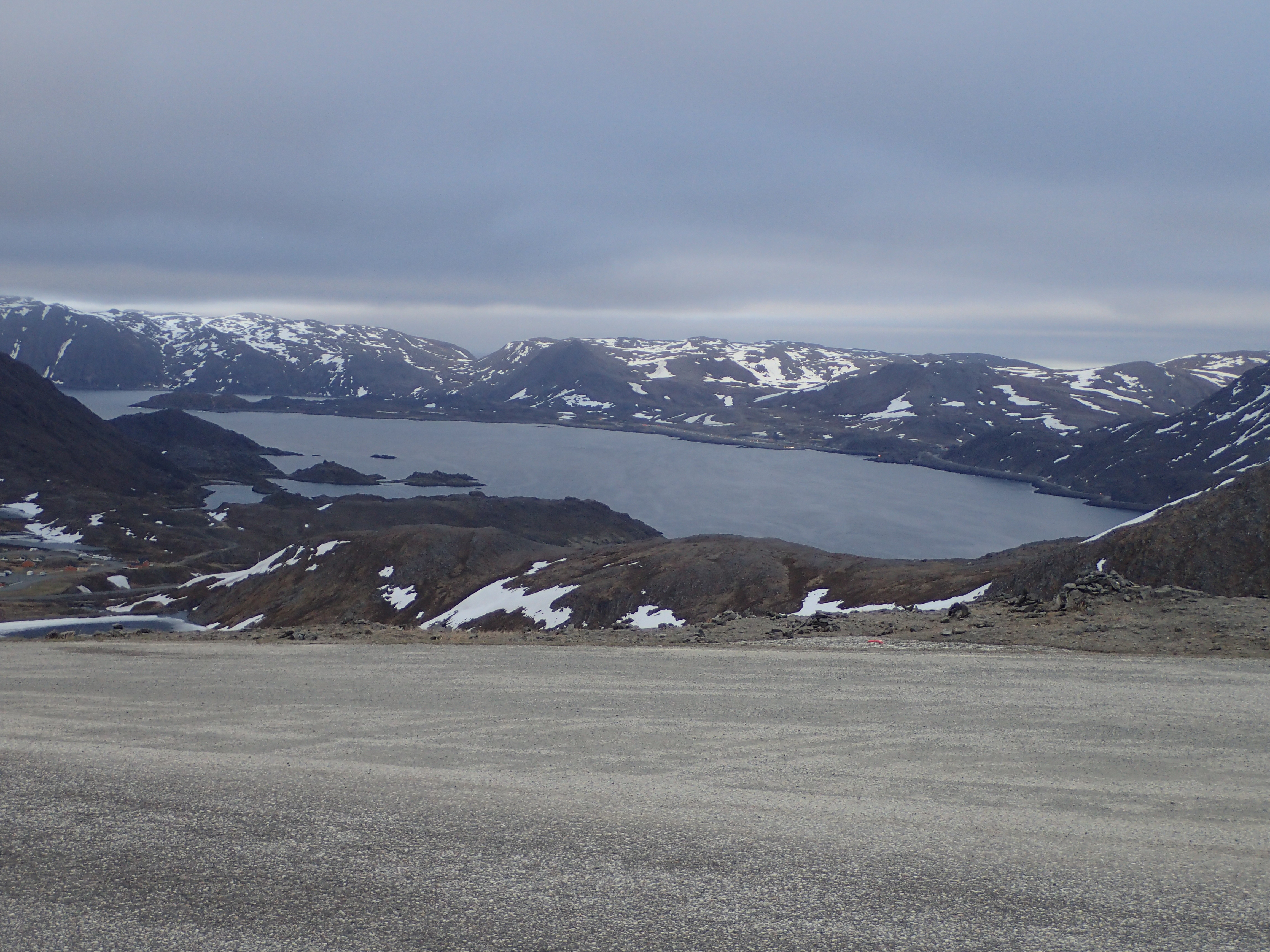 die schneebedeckten Berge und Fjorde um Honningsvåg