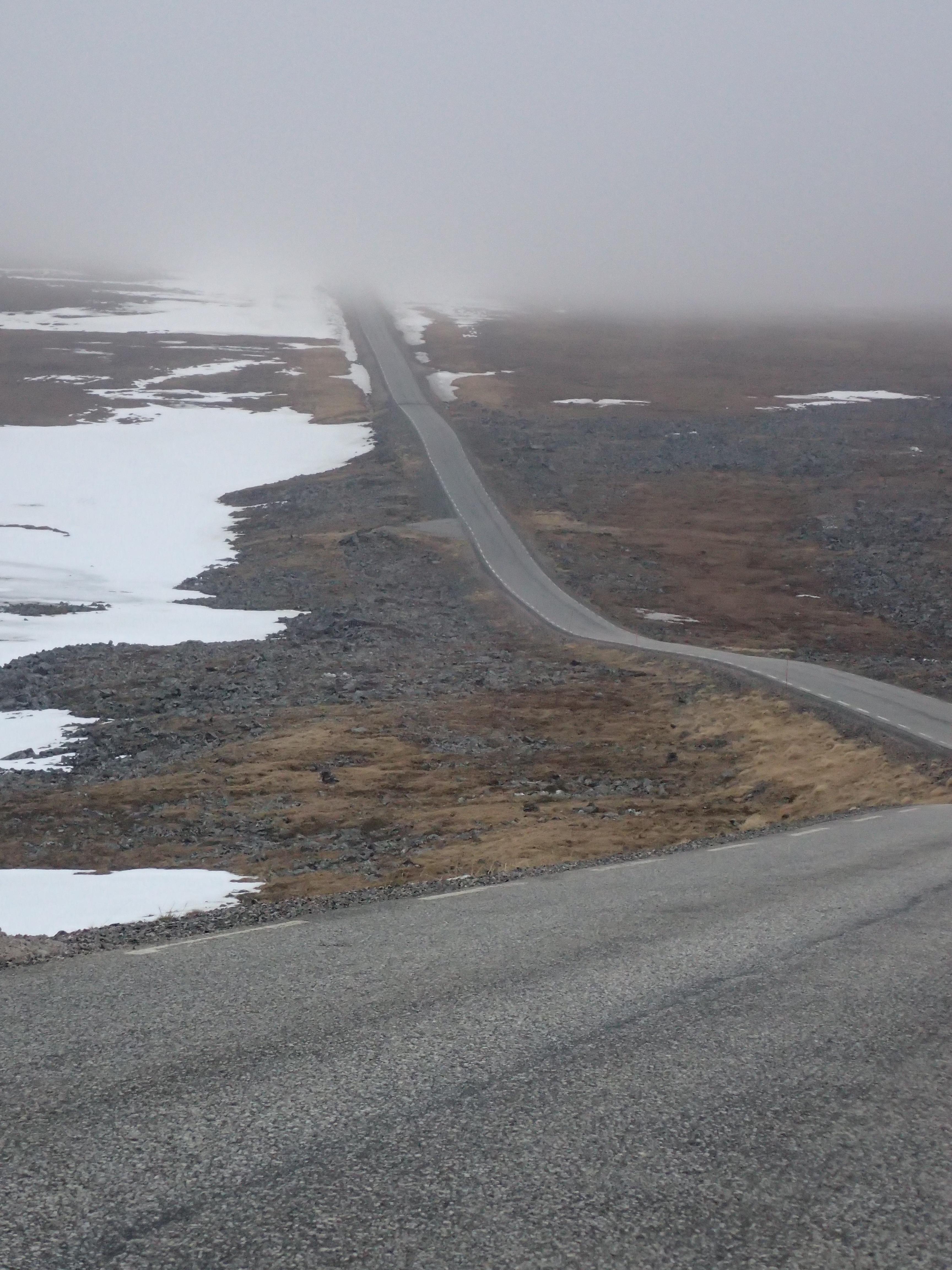 aus dem Tal führt die Straße direkt in den Nebel