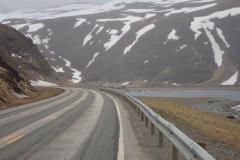 hinten im Berg ist der Tunneleingang zur Insel Magerøya zu sehen
