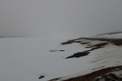 hier gehen Schneefeld, Horizont und Wolken/Nebel direkt ineinander über