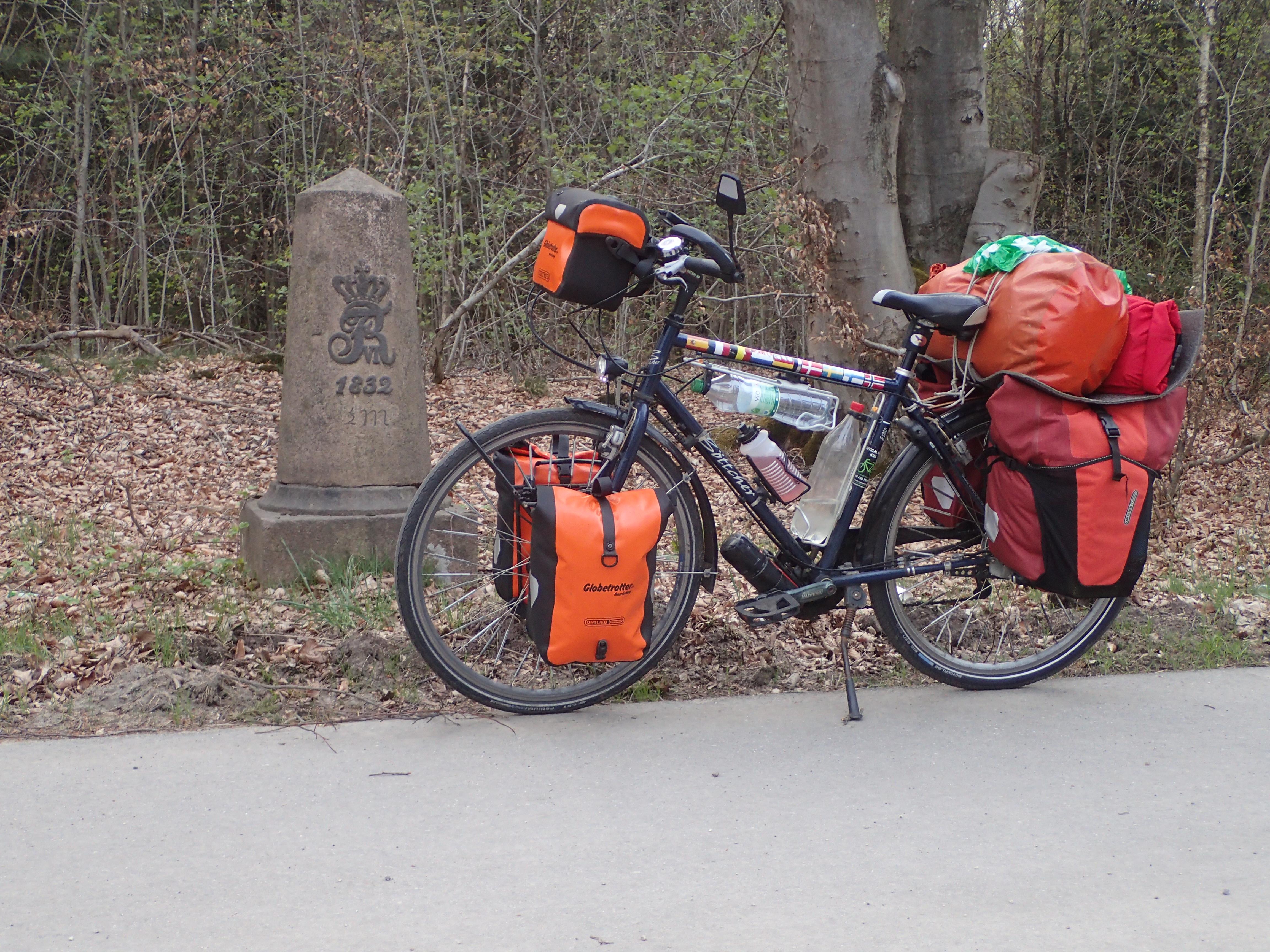 An der B4 (Altona-Kiel) sind noch etliche alte Kilometersteine