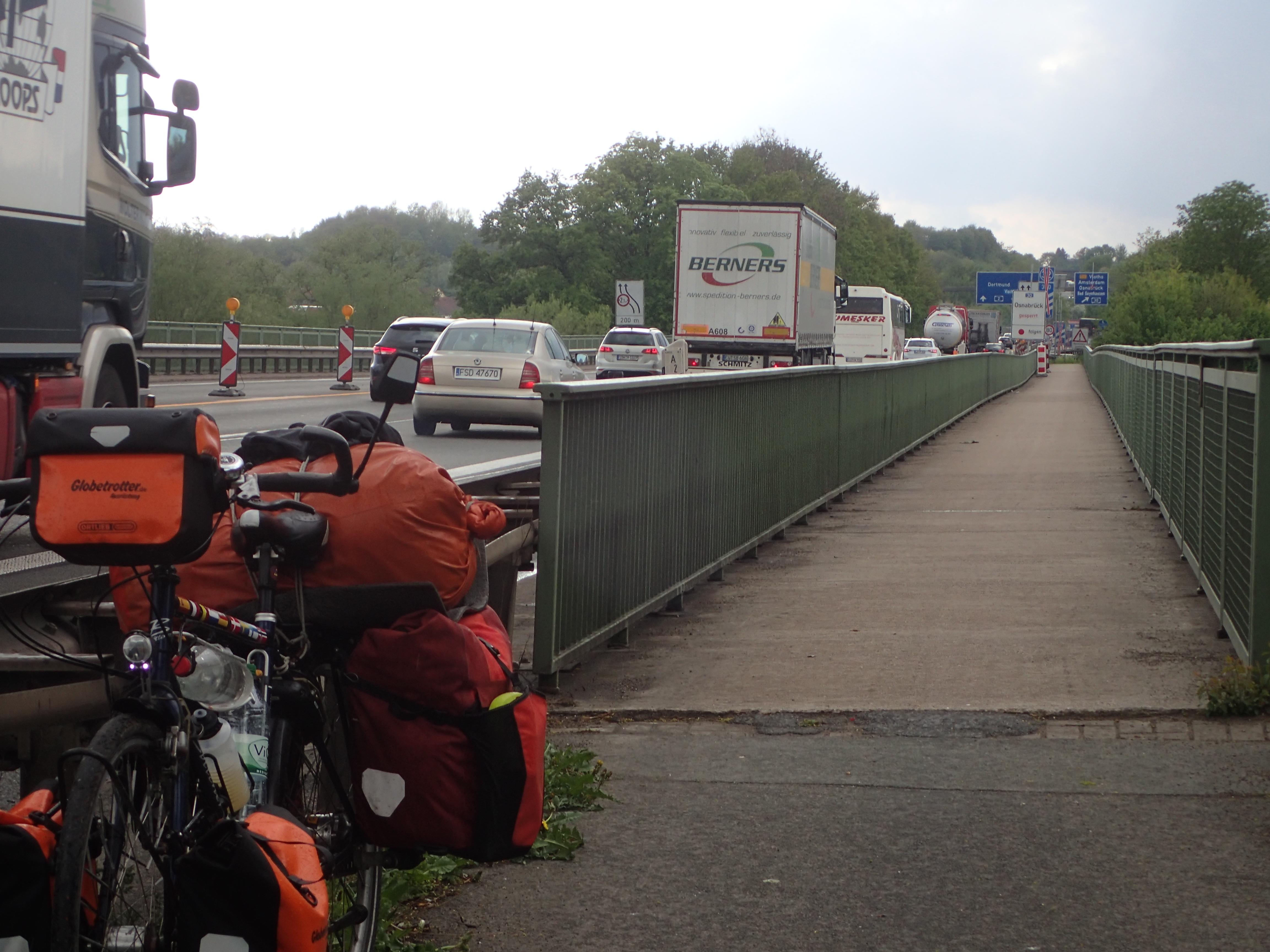 Hier führt der Rad- und Fußweg über eine Autobahnbrücke