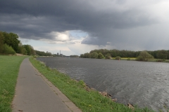 hinter mir die Reste einer Gewitterwolke über der Weser