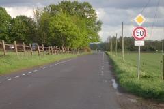 eine außerörtliche Straße mit 50km/h und Schutzstreifen zum Schutz der Radfahrer