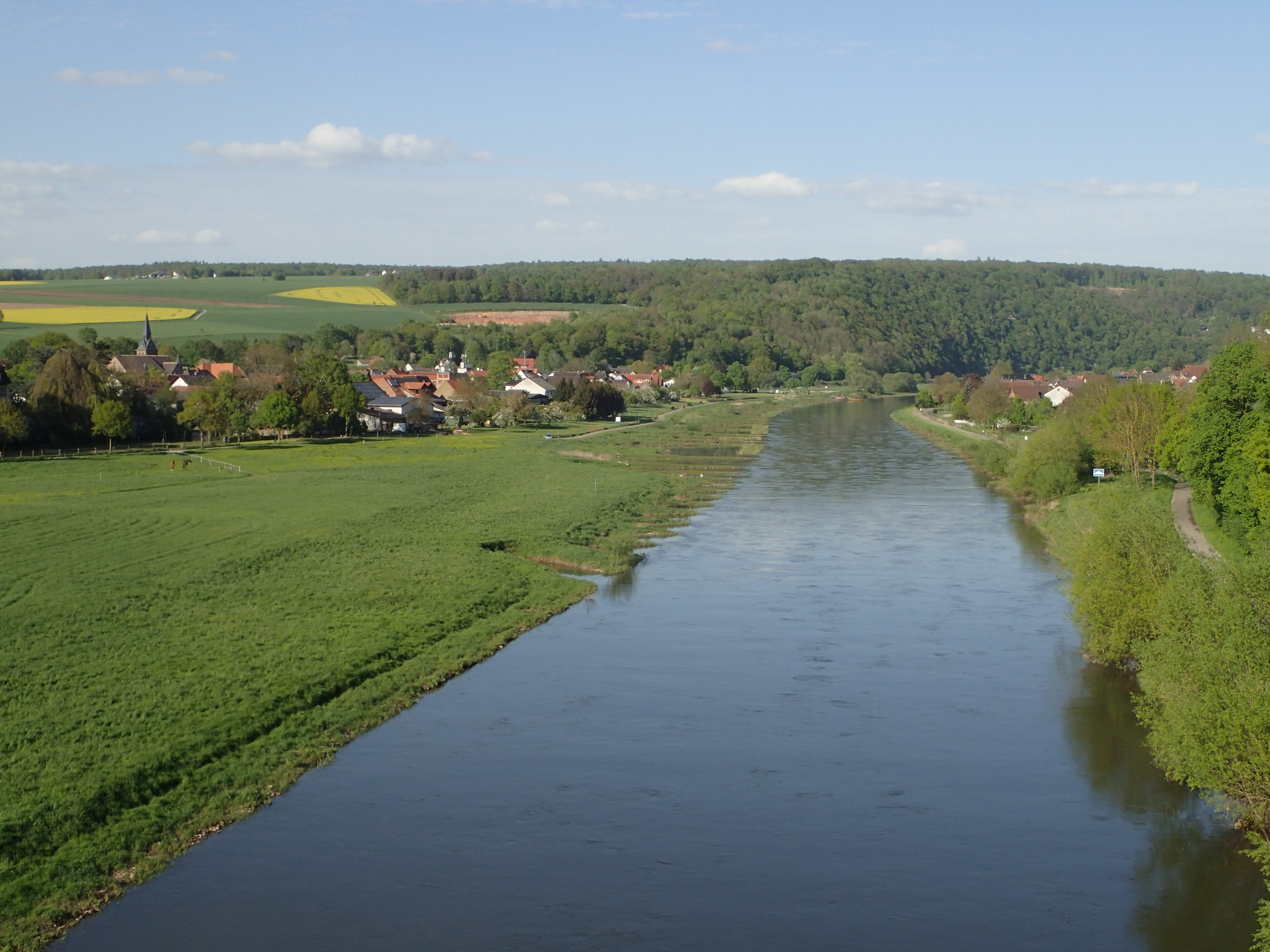 Blick auf das Wesertal in der Nähe von Bad Karlshafen