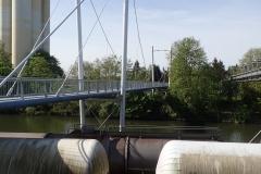 Eine Radwegebrücke über einen Hafenarm in Hameln