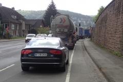 schmaler eingezwängter Radstreifen neben parkenden KFZ