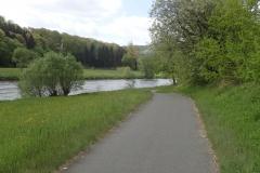 Radroutenführung dicht am Flußufer entlang