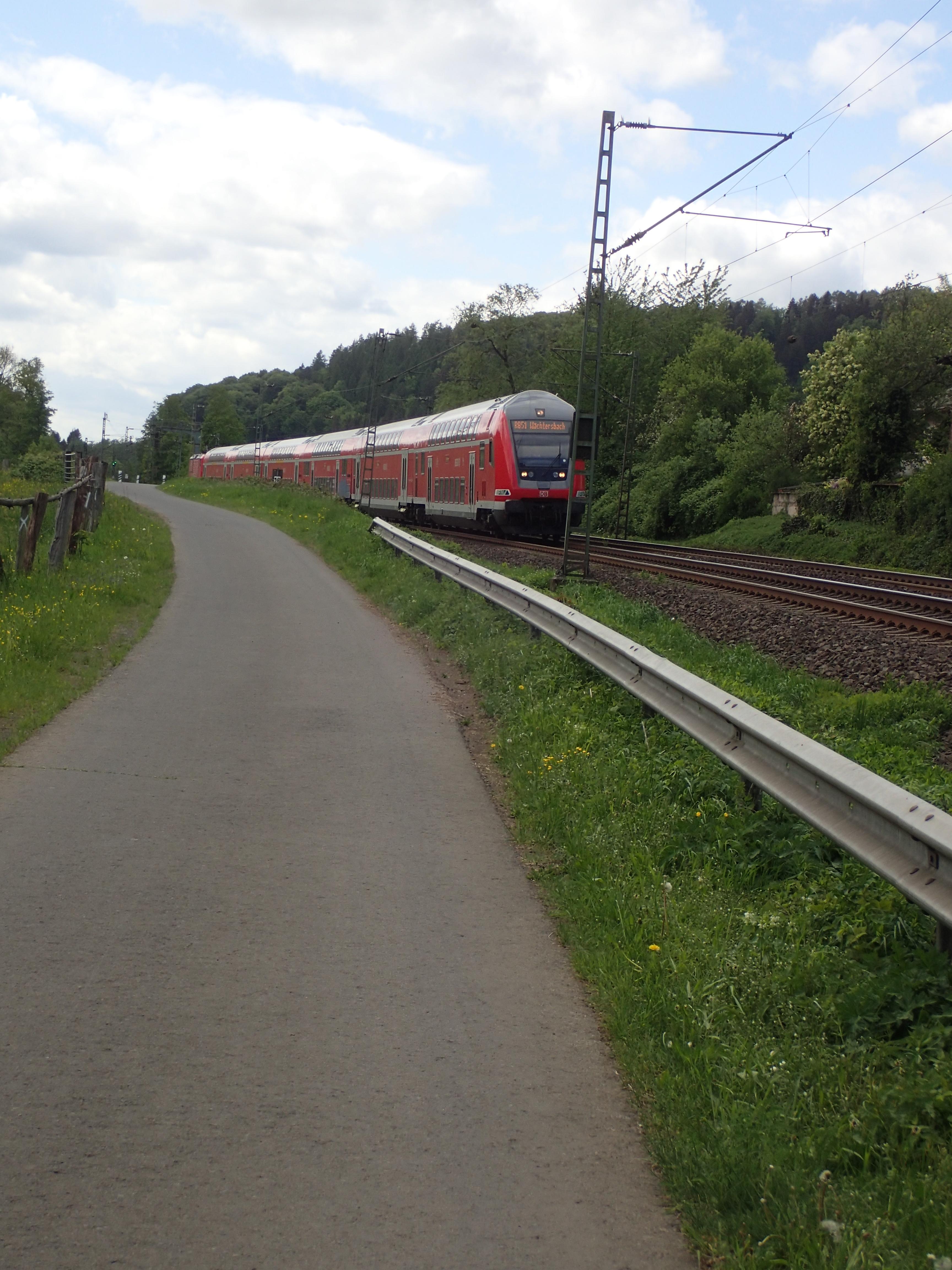 Fernradweg direkt neben Bahntrasse