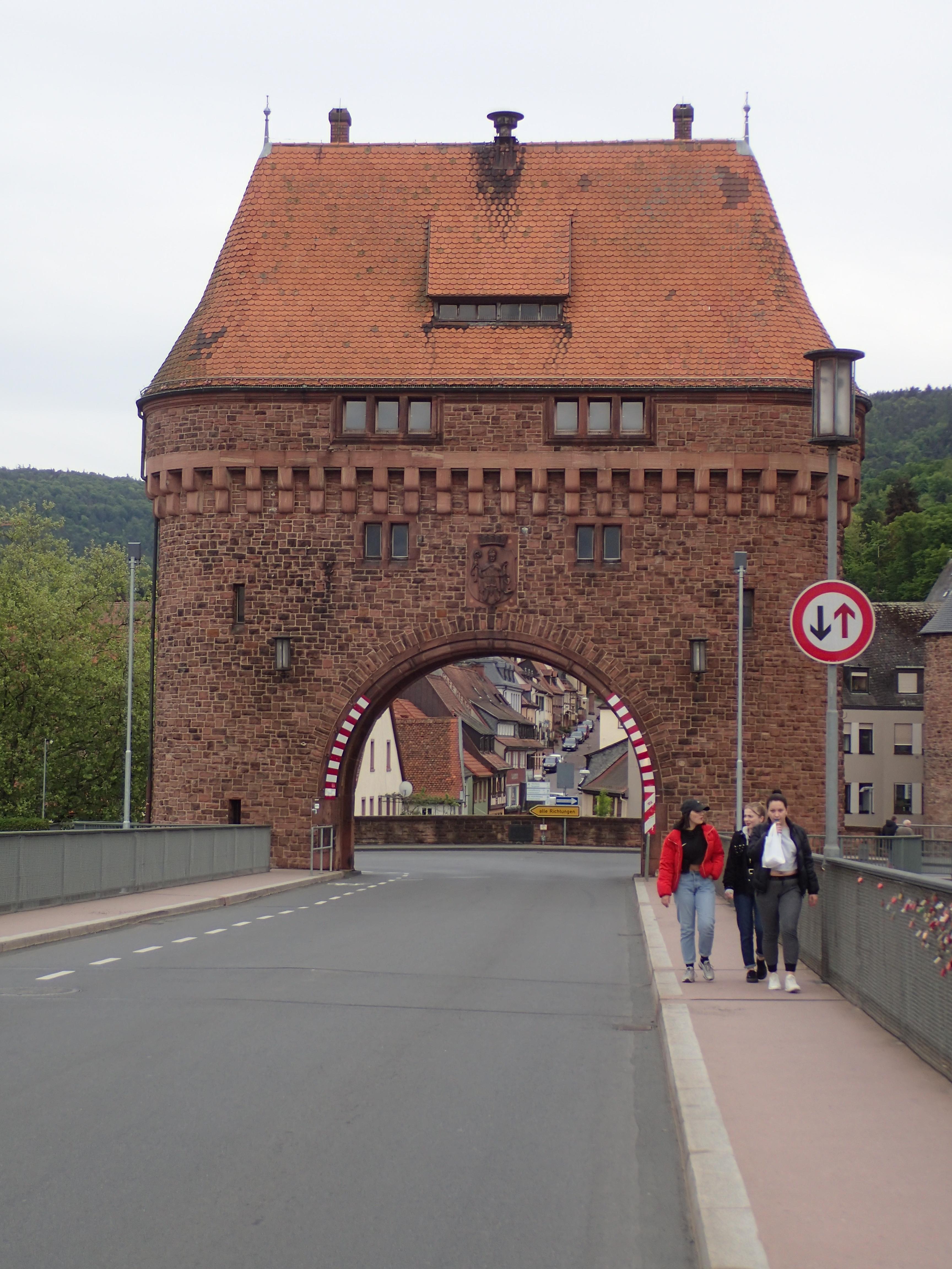 Miltenberg, Stadtor am Ende der Brücke über den Main