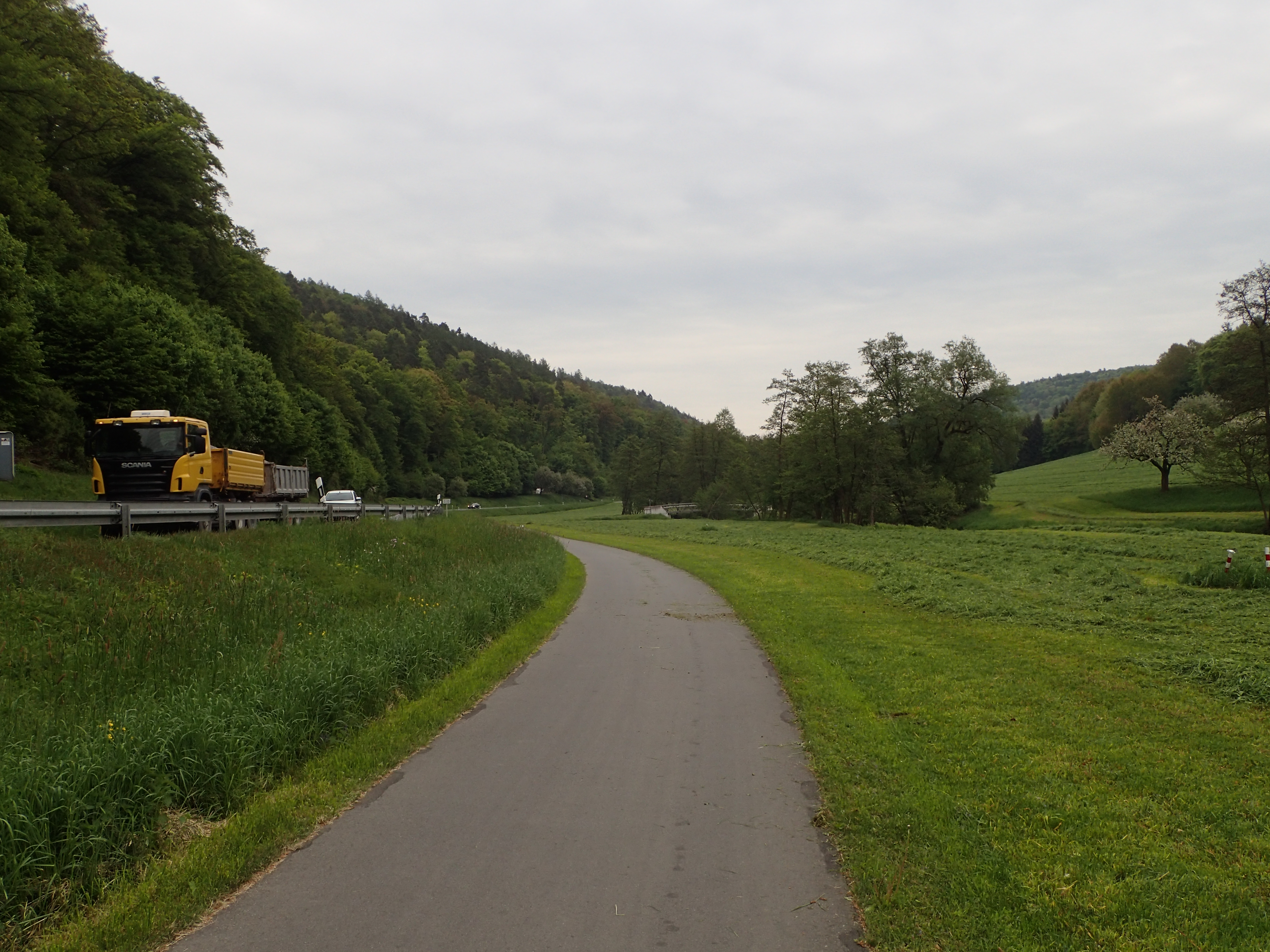 breiter landwirtschaftlicher Weg, der auch als Radweg fungiert