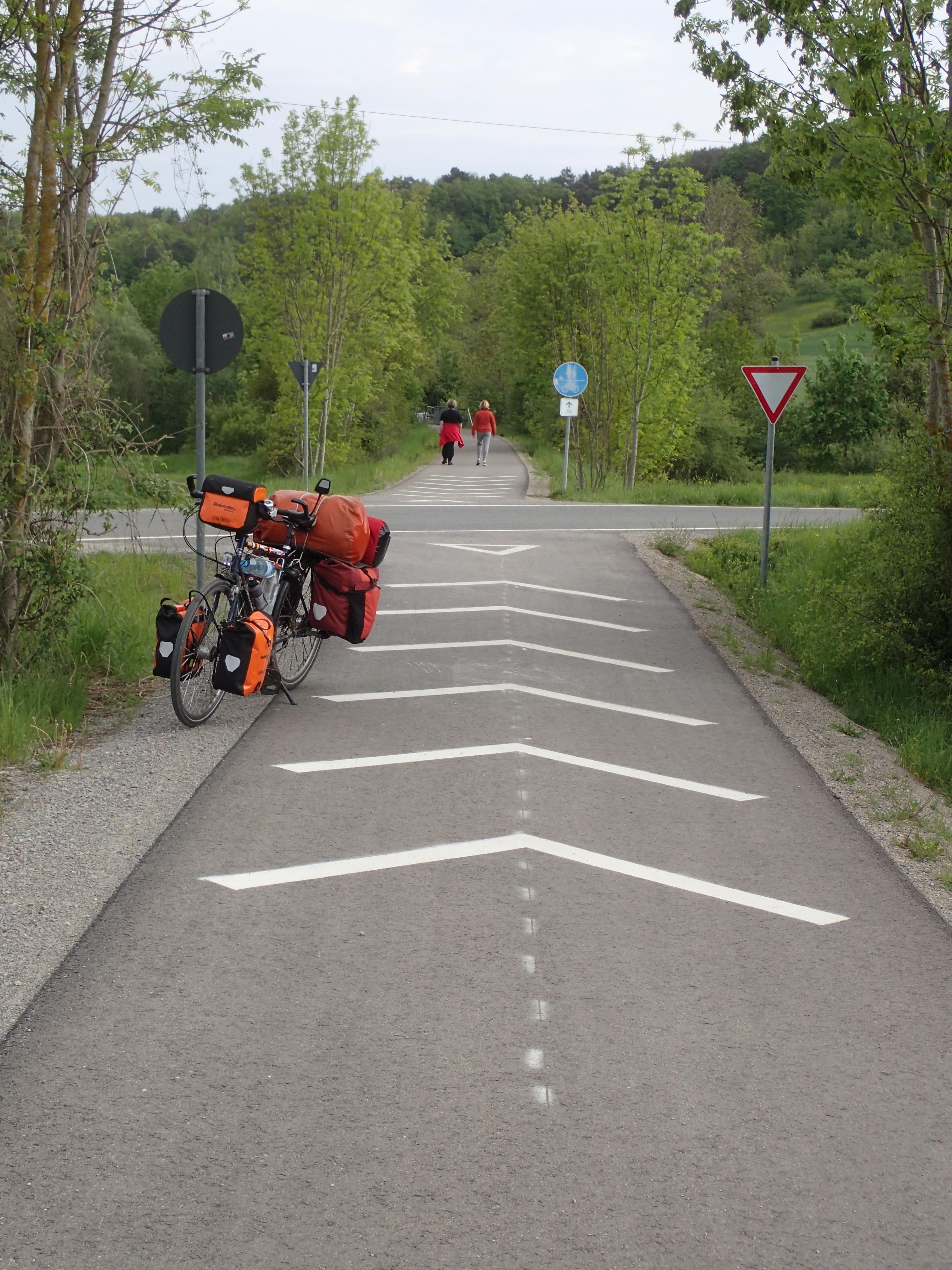Markierungen auf dem Radweg weisen auf Wartepflicht hin